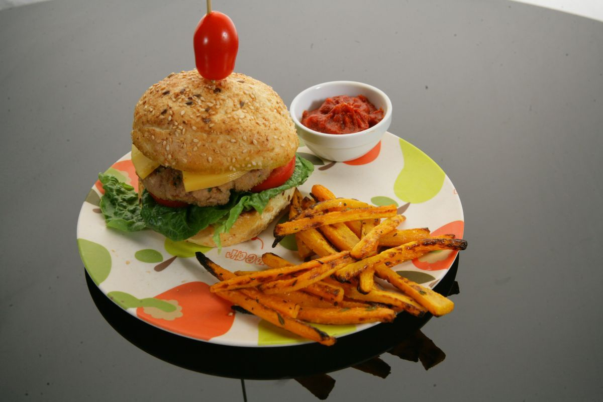 Burgery z indyka z frytkami z marchewki